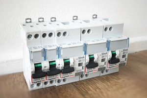 Tableaux électriques complets - Disjoncteurs, coupe-circuits & interrupteurs différentiels - Coffrets de chantier - Gaines techniques - Équipements de mise à la terre (Barrettes & câbles)