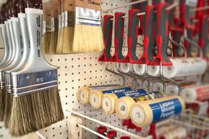 Nos produits et services en peinture et droguerie : peintures intérieures et extérieures, traitement du bois, lasures, sous-couches, enduits, peinture automobile, colles et adhésifs.